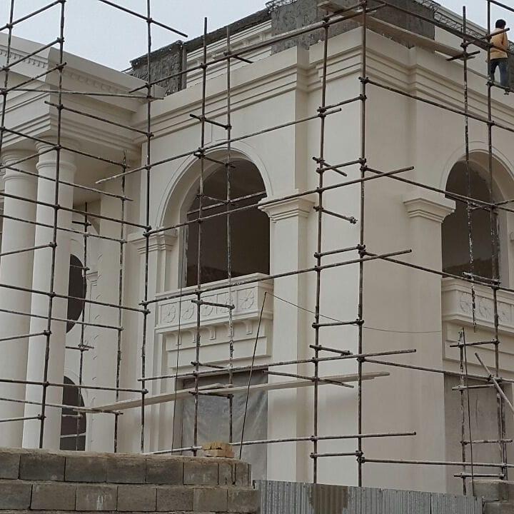 طراحی نمای بیرونی ساختمان با استفاده از سیمان سفید نمای رومی